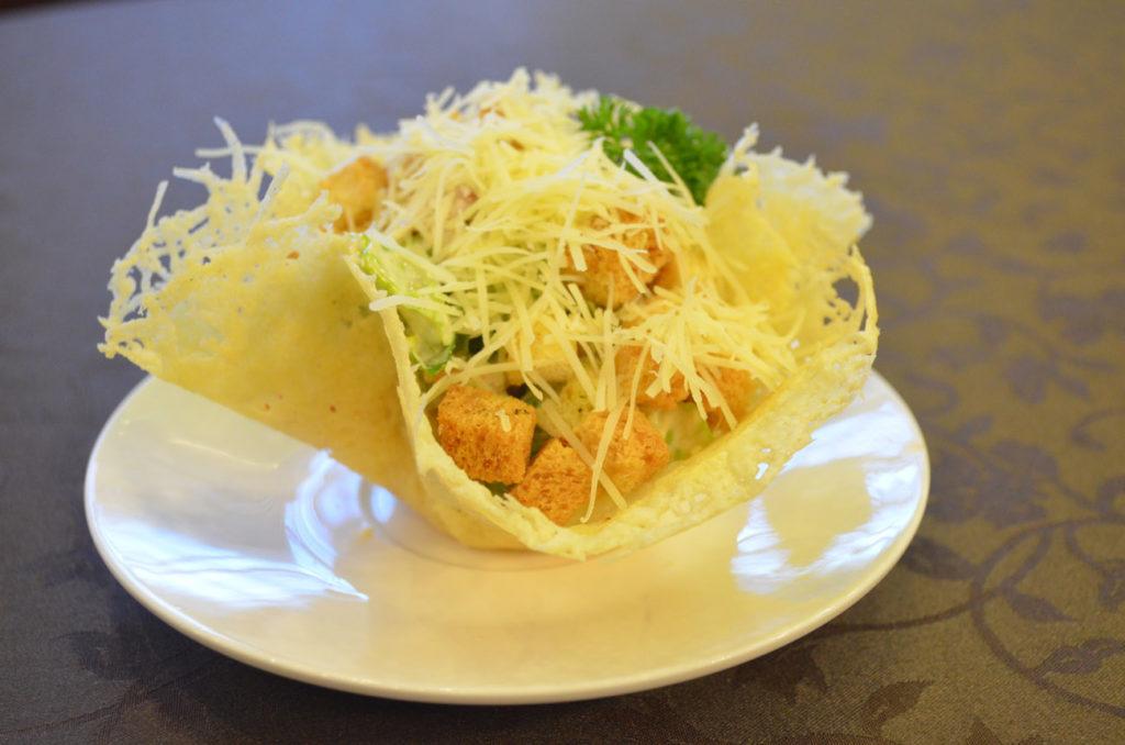 Салат в сырной корзинке