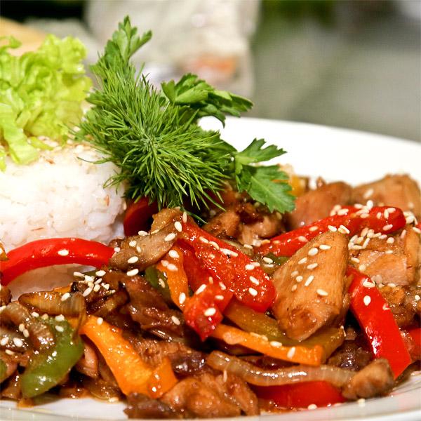 рис с курицей и овощами в соусе терияки