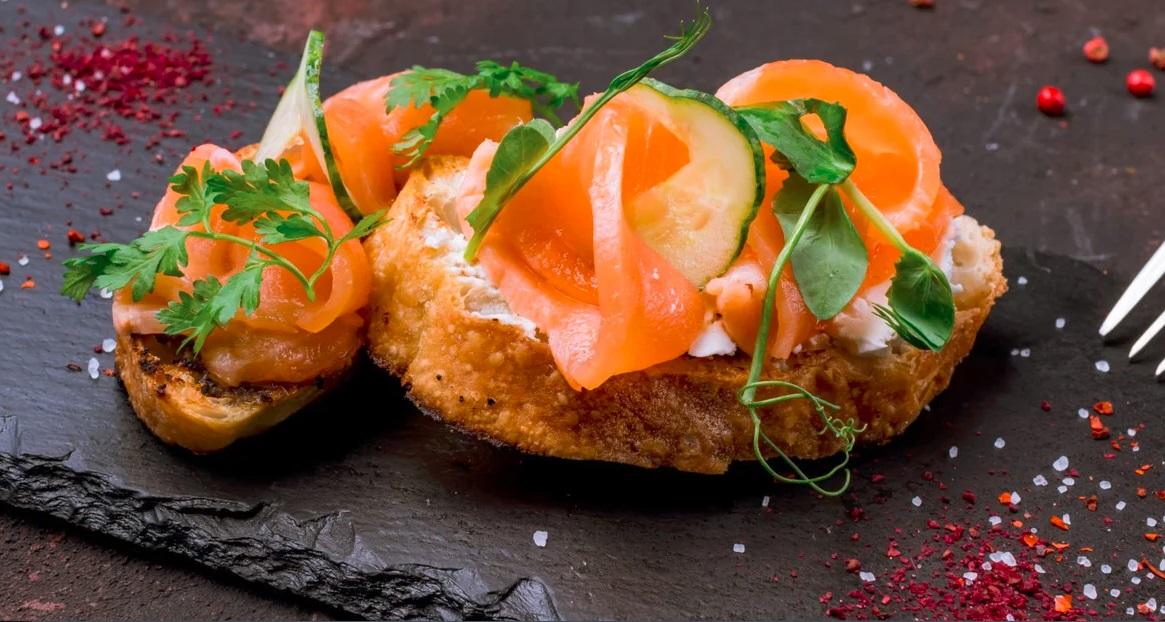 бутерброд с сёмгой, лососем