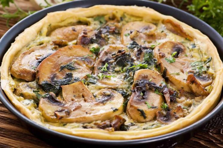 Пирог на сковороде со сливочно-грибным соусом за 12 минут