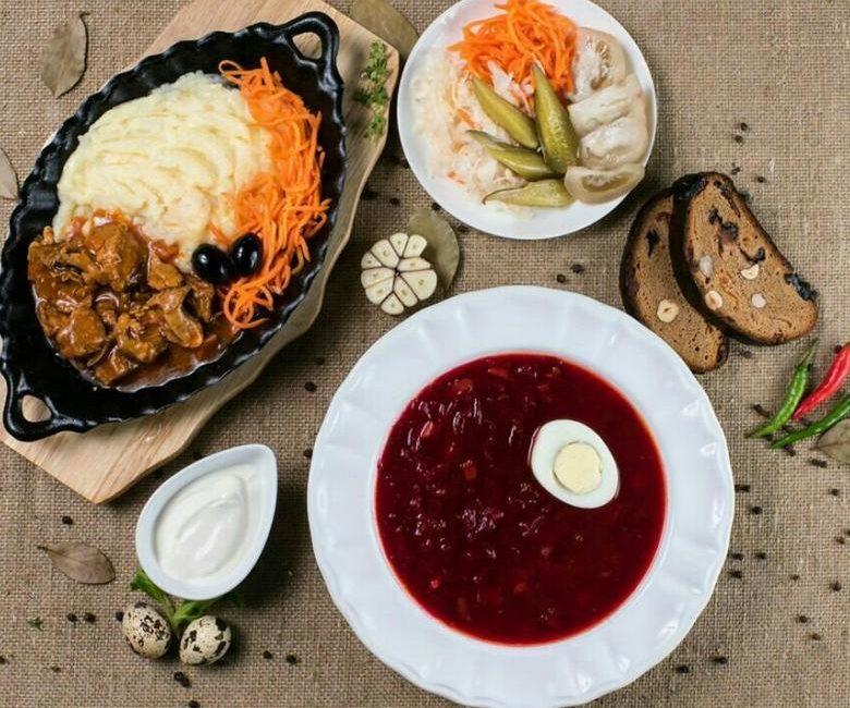 Бефстроганов с грибами, картофельное пюре - обед в выходной