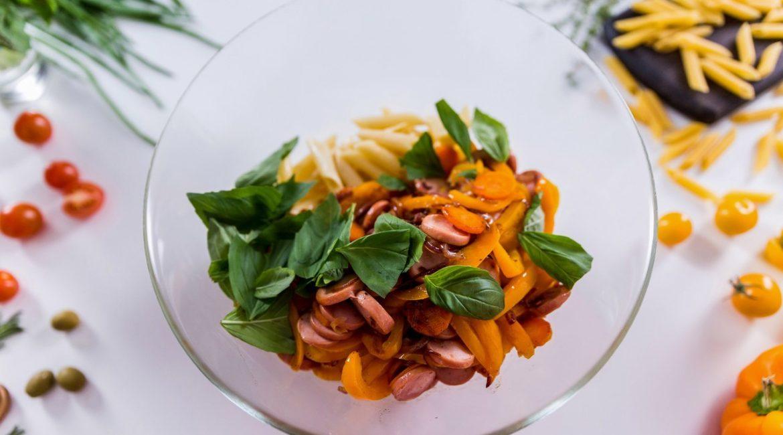 Тёплый салат с пастой, сосисками и овощами