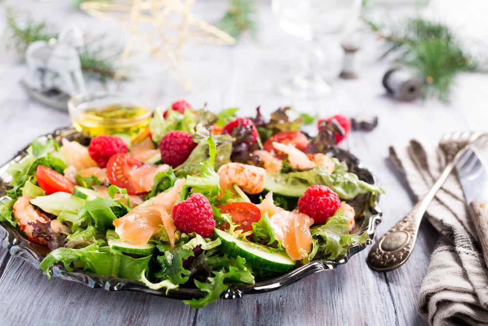 Салат с малиной и креветками