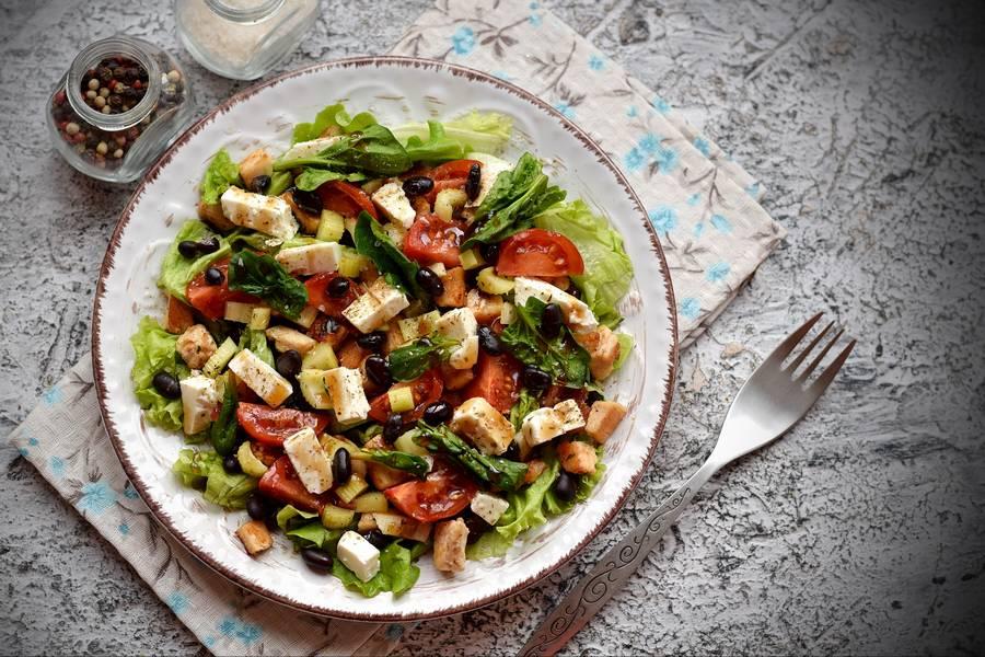 Салат с курицей, фасолью и сыром фета
