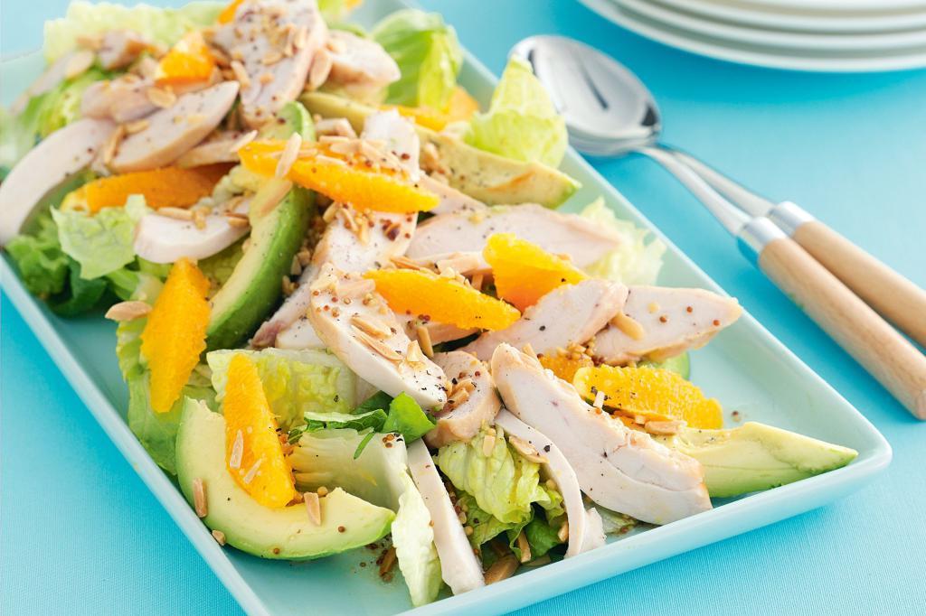 Салат с курицей, манго и авокадо