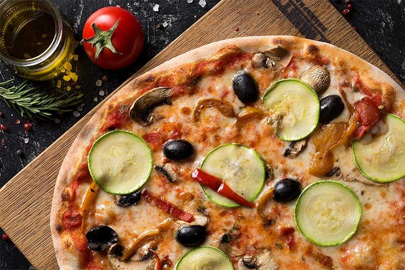 Пицца с кабачками, брынзой и грибами
