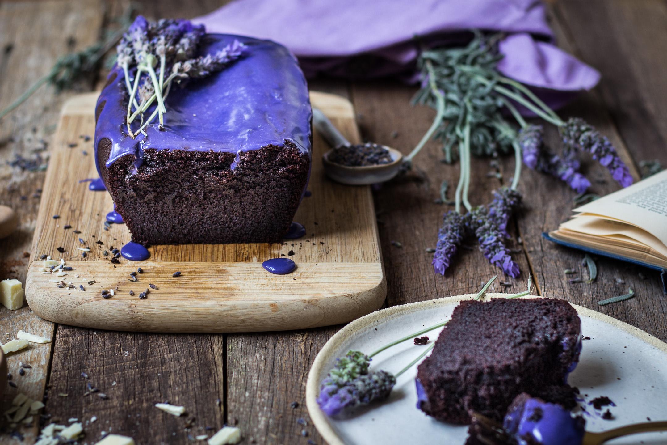 Шоколадный торт с лавандовой глазурью