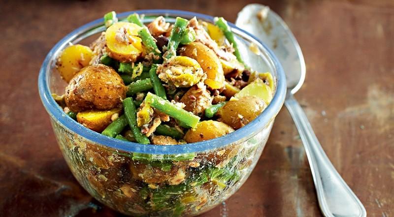 Салат из молодого картофеля с сардинами
