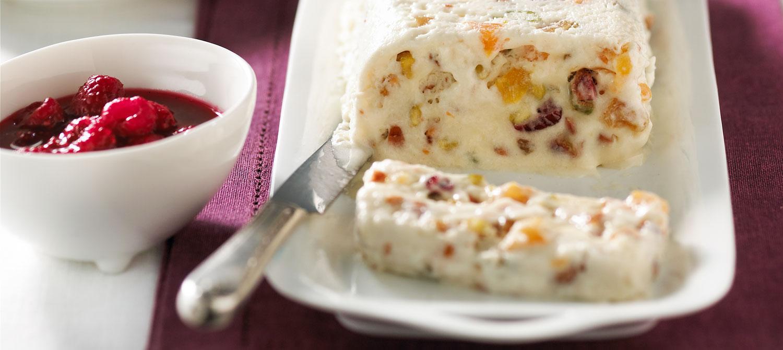 Пудинг с сухофруктами и сладким соусом