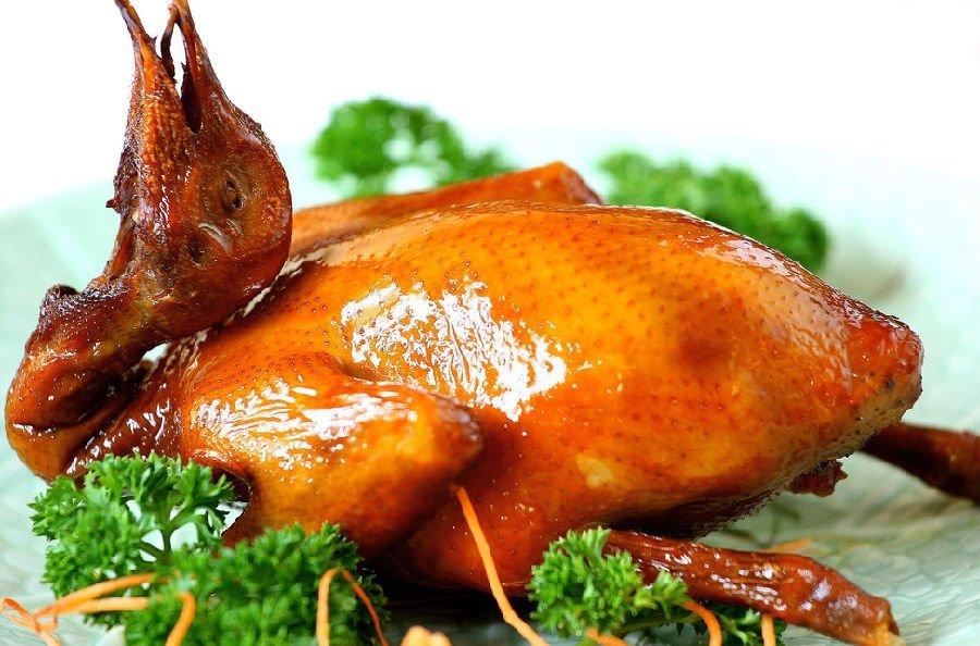 жареный голубь с красс-салатом и спаржей под соусом винегрет