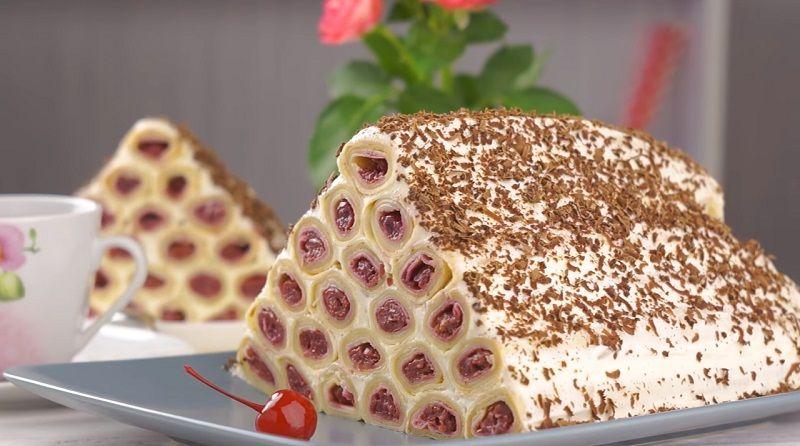 Блинный торт со сливками и вишней