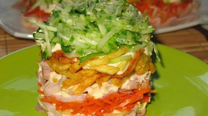 Салат с курицей и картофелем фри