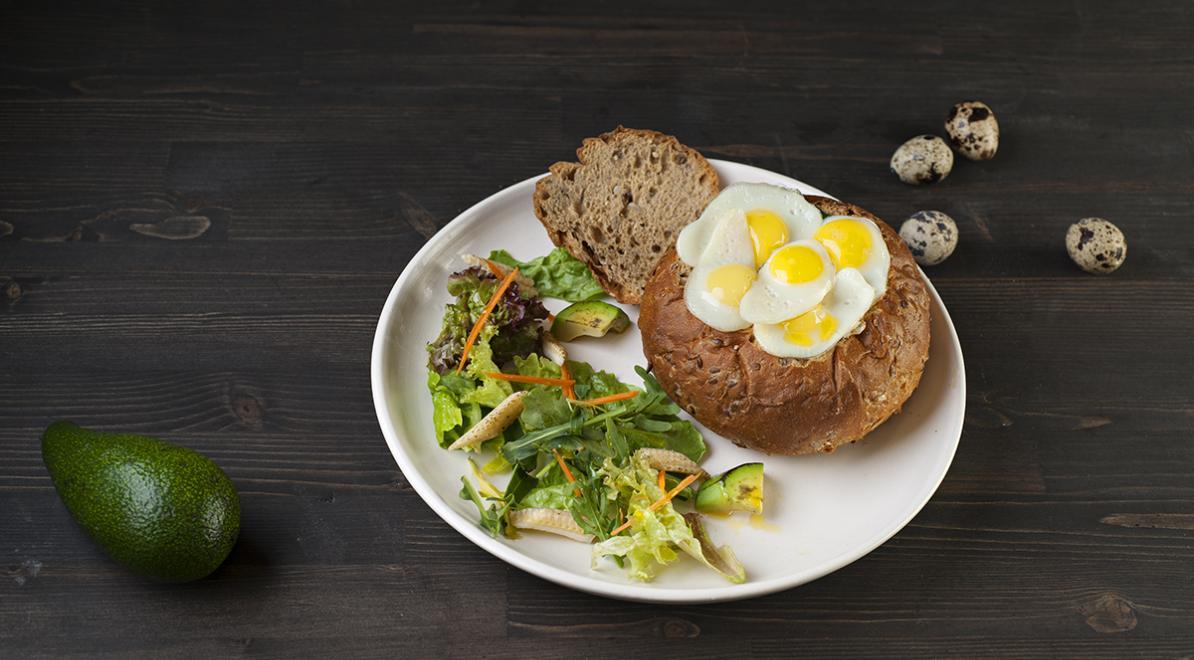 Завтраки в булочке с перепелиными яйцами