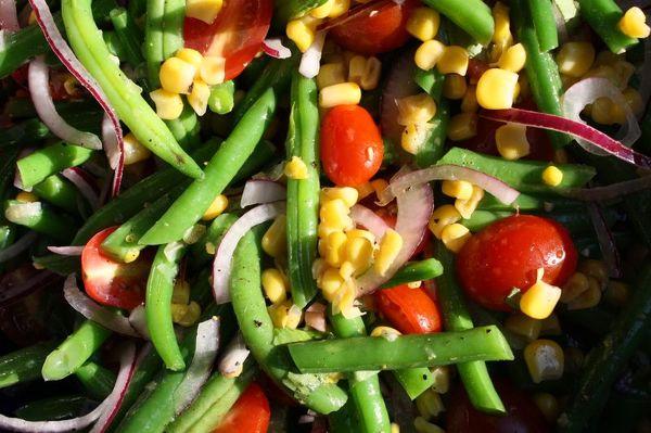 Фасоль с овощами и кукурузой