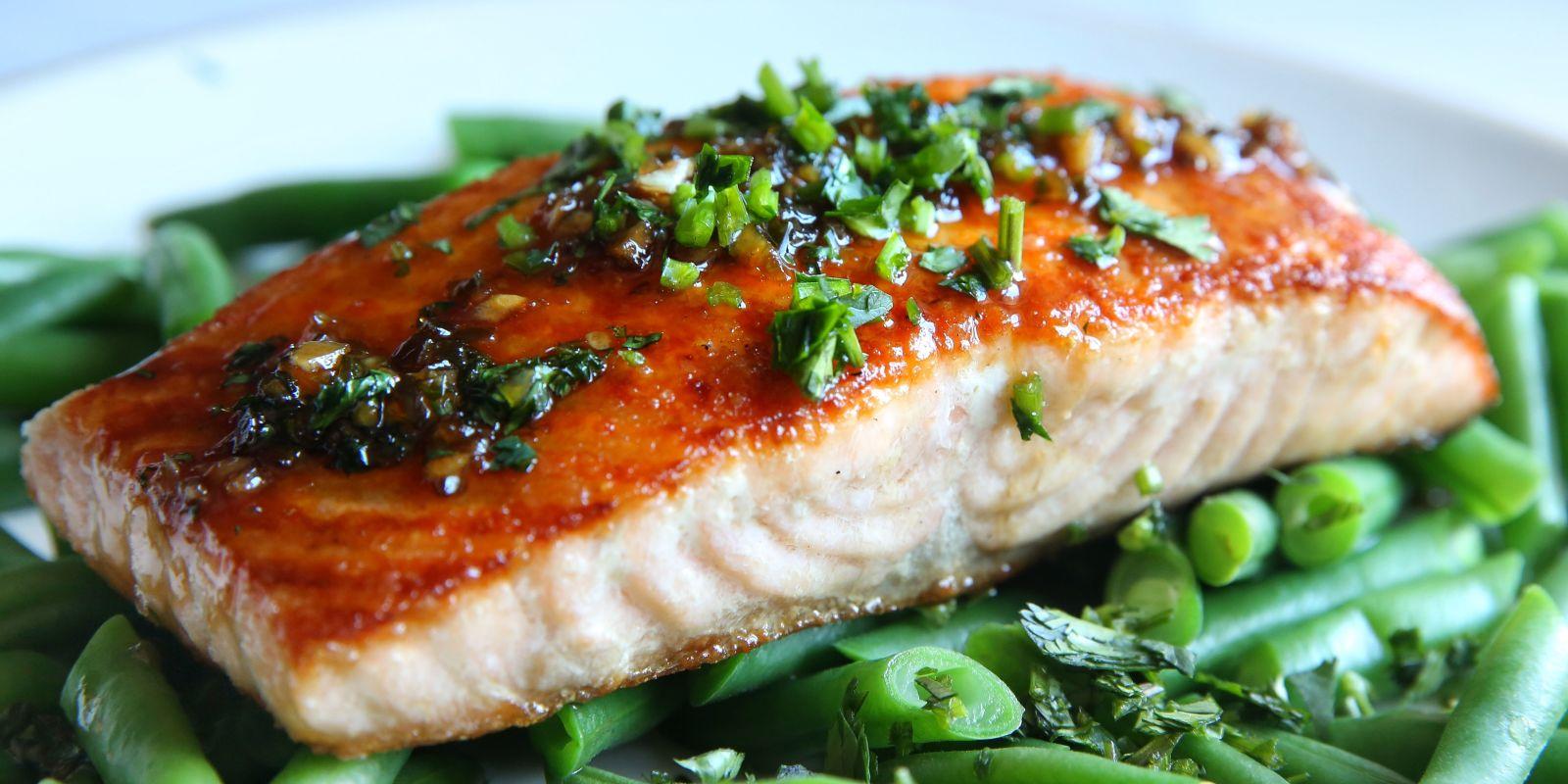 Филе лосося с фасолью