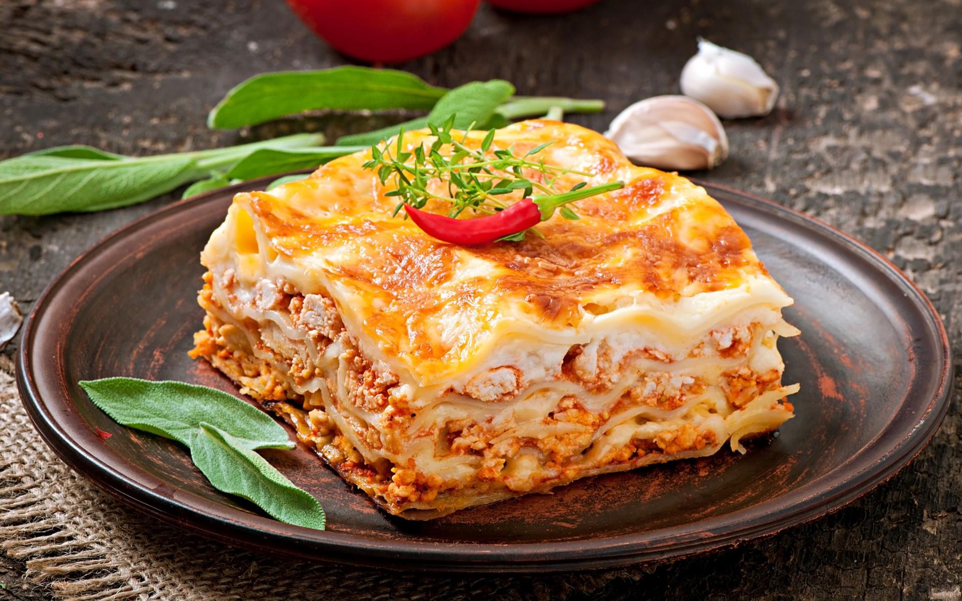 Лазанья с мясным фаршем и сыром с томатным и сливочным соусом
