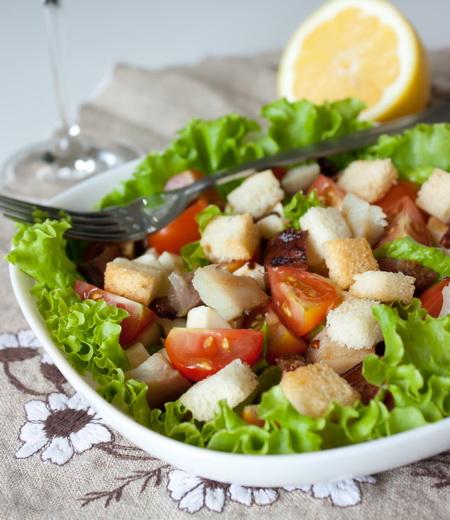 Салат из копчёной скумбрии с помидорами и сухариками