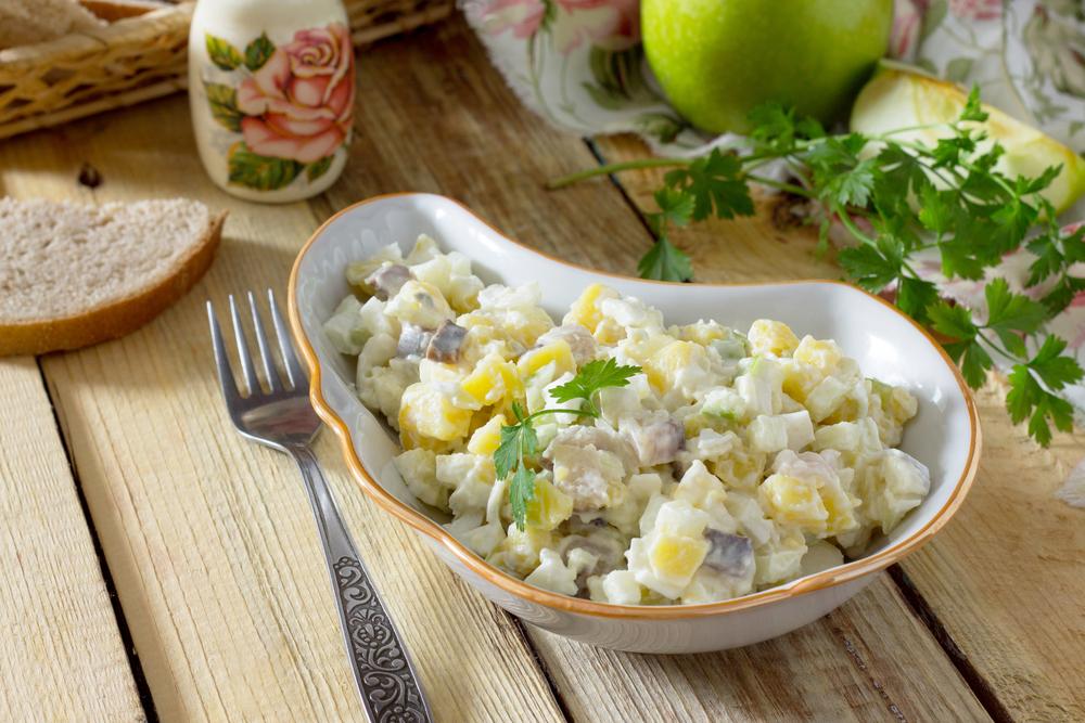 Картофельный салат с копчённой скумбрией и яблоком
