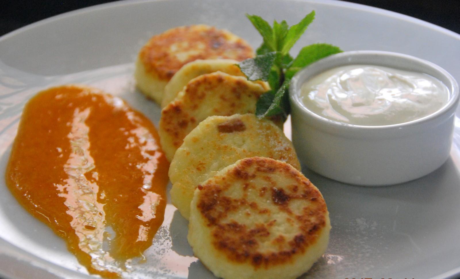 Сырники с персиковым соусом
