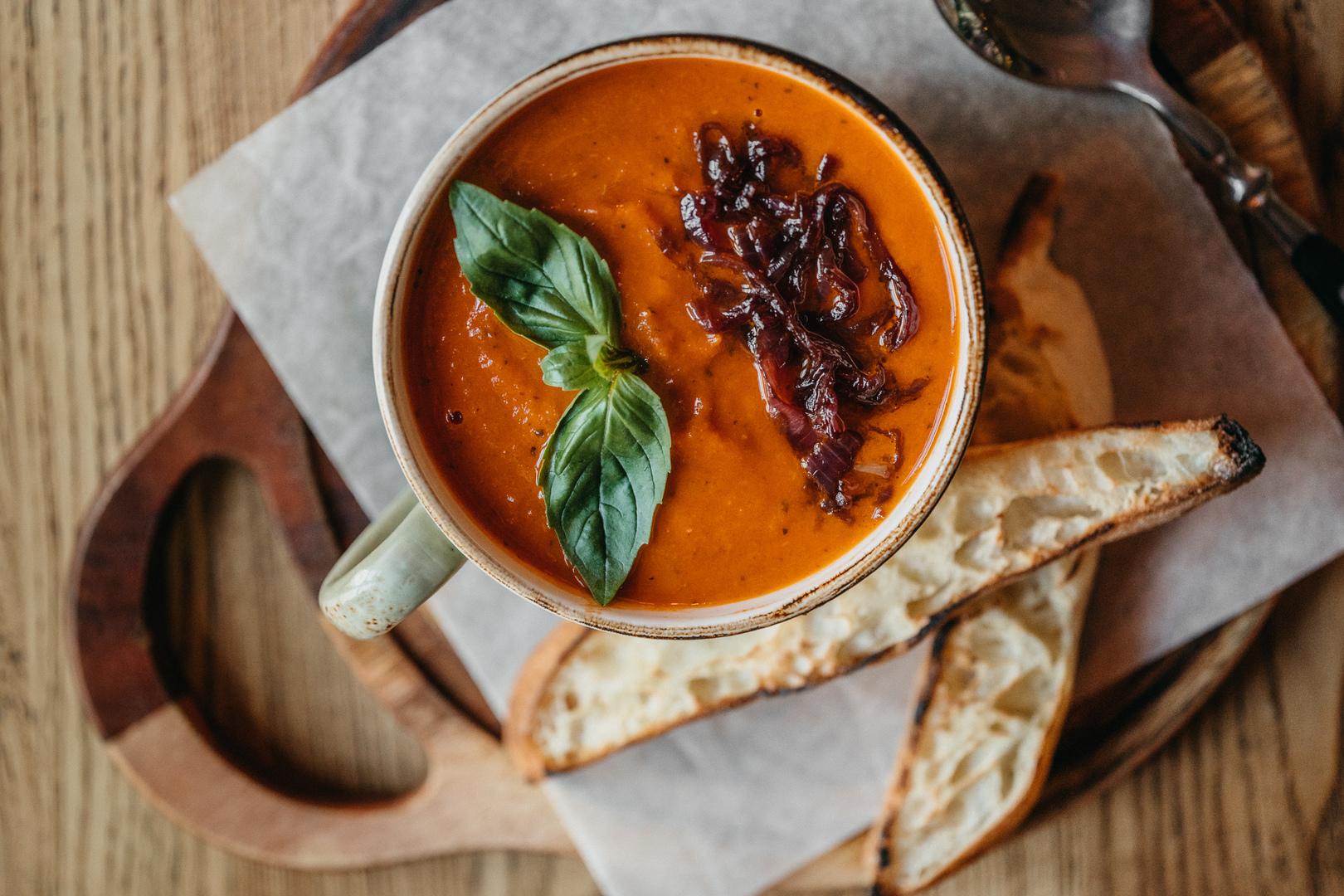 Томатный суп с аранчини из киноа